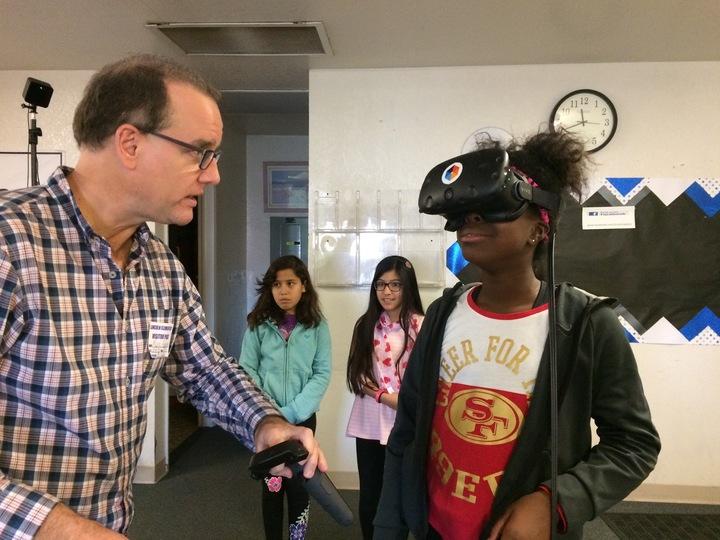 Mark Andersen, cofondatore di Lifeliqe durante una lezione VR