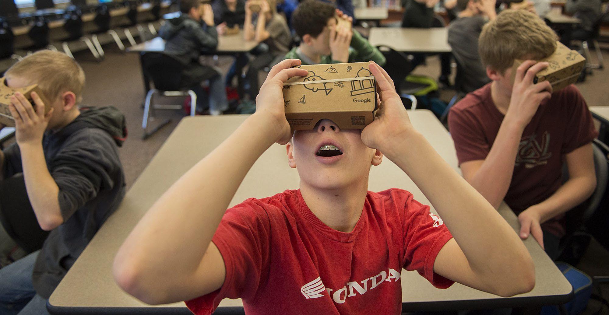 studenti durante una lezione VR con Cardboard. foto- VRsource