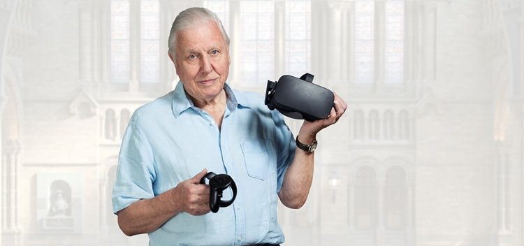 Sir David Attenborough regge il visore e i controller Sky VR.